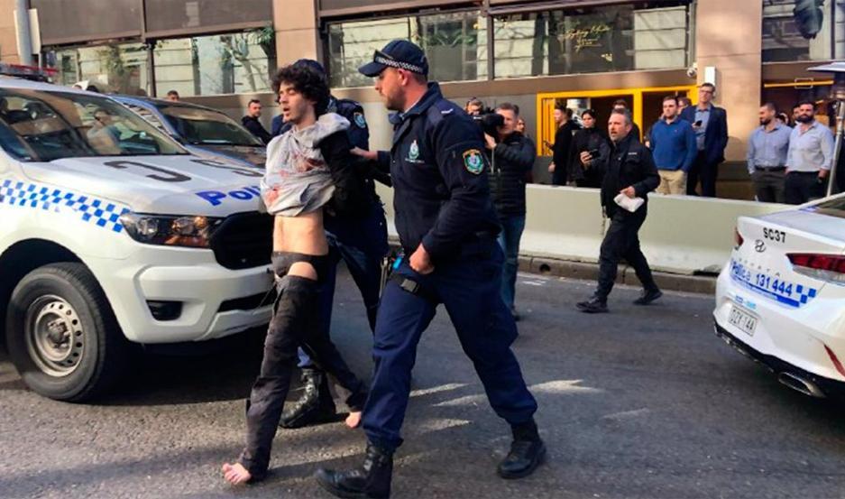 Un hombre asesinó a una mujer a puñaladas en pleno centro