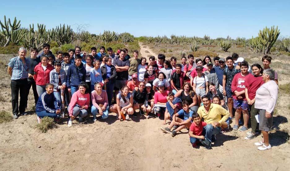 El grupo posa para una instantánea de EL LIBERAL con el fondo del paisaje del semiárido santiagueño.
