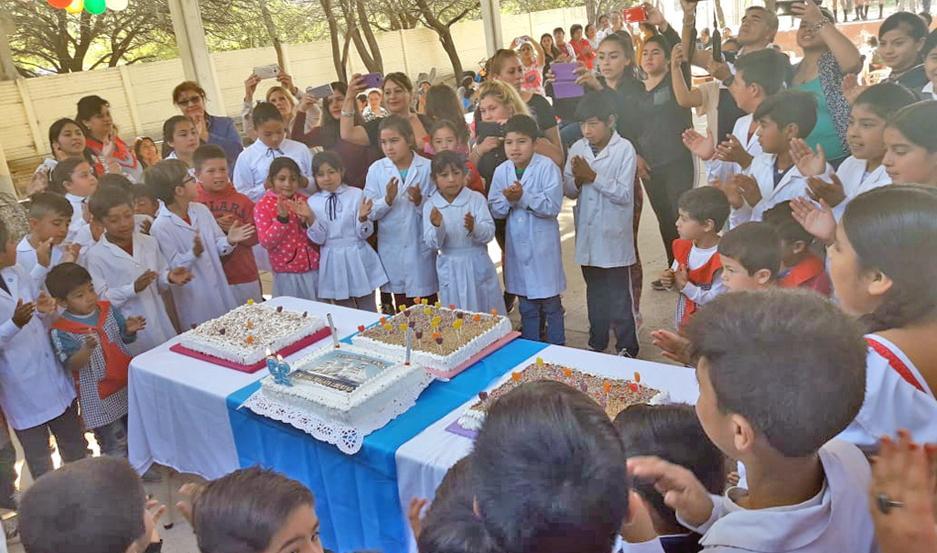 Disfrutaron números de danzas, se compartió un ágape y cantaron el Cumpleaños Feliz con todos los invitados.