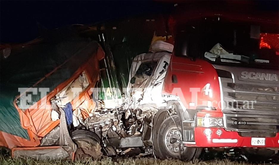 Uno de los camiones terminó incrustado en el otro rodado.